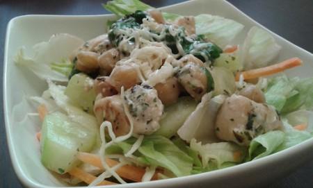 Fitt csirkés csicseriborsó saláta