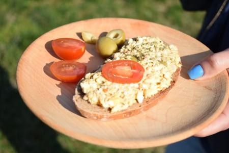 Tonhalas-olivabogyós tojáskrém rozspirítóssal