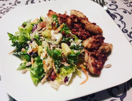Ricottás körtés diós saláta, bazsalikomos magvas sült csirkemell csíkokkal