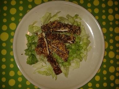 Diós bundában sült csirkemell csíkok salátával