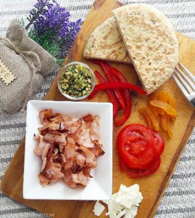 Sonkás-barackos pita kenyér feta sajttal