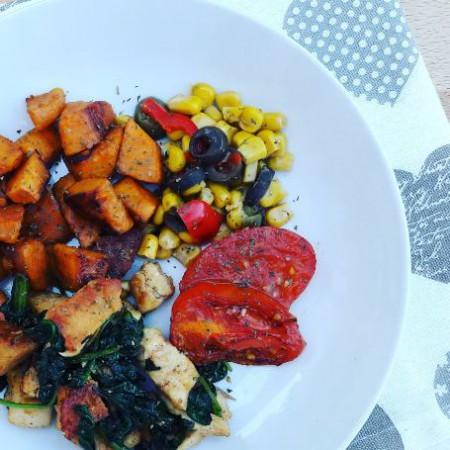 Spenótos csirke, édesburgonya, sült paradicsom, olivás kukorica
